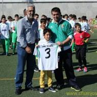 El Presidente, el día de la presentación del los equipos,  entregando una camiseta